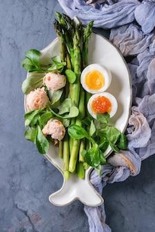 Приготовленная зеленая спаржа с яйцом