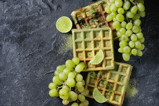 ブドウと緑のワッフル