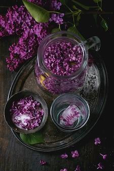 ライラック色の花の砂糖