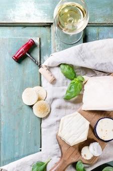 テーブルクロスの上のチーズプレート