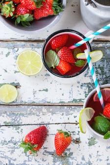 Клубничный лимонад в стакане