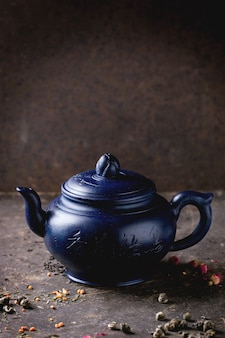 Чайник и чайные листья