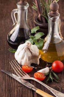 オイルと酢、ニンニクとトマトとハーブ