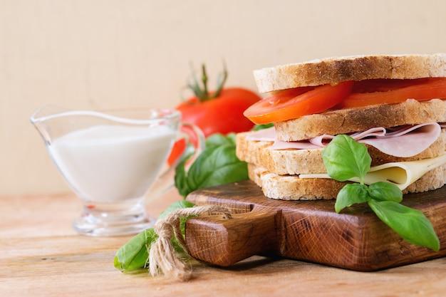 ハムとチーズのサンドイッチ