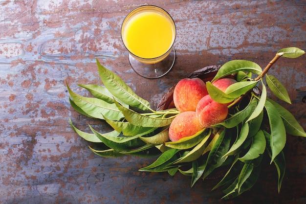 枝とジュースの桃