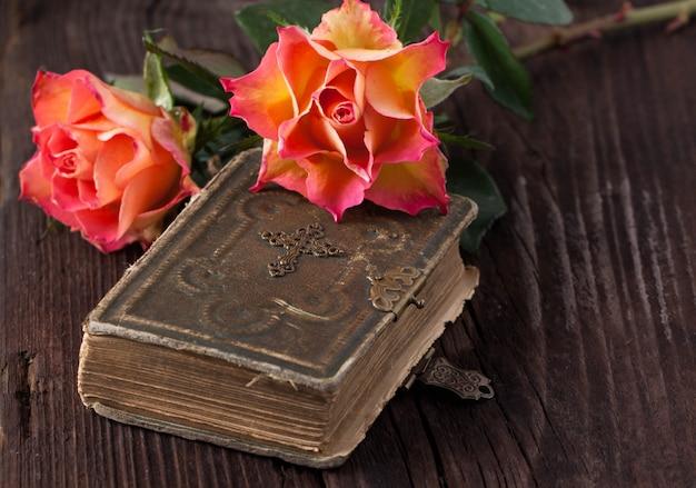 Оранжевые розы с шоколадом