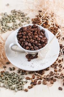 Зеленый, коричневый и черный кофе в зернах