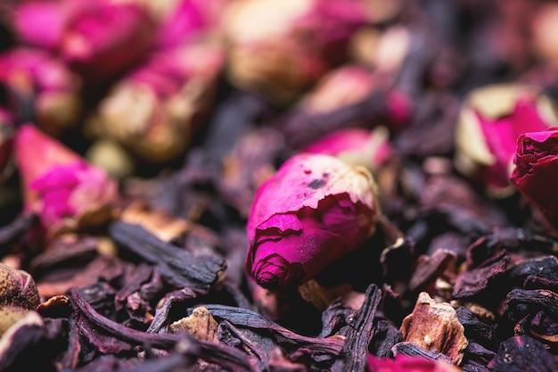 ティーローズと乾燥したハイビスカスの花