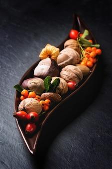 Тарелка с орехами и ягодами