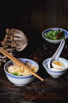 フェタチーズ入りアジア風スープラーメン