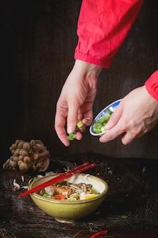 Азиатский суп рамэн готов к употреблению