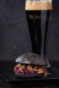 Черный бургер с темным пивом