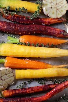 Разноцветная сырая морковь