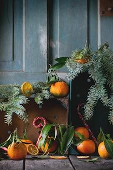 Мандарины в новогоднем декоре