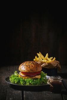 Домашний гамбургер с картофелем фри