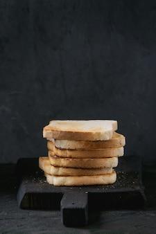 黒の上のトースト