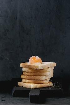 黒の上に黄身のトースト