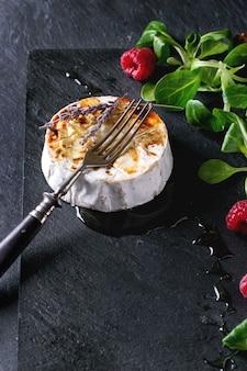 Запеченный козий сыр с мёдом и малиной