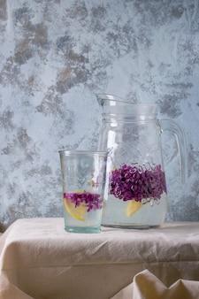 ライラックレモネード水とレモン