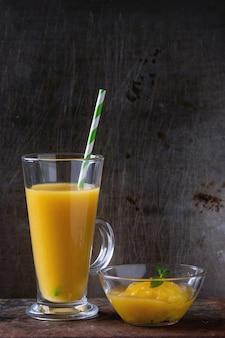 Свежий коктейль из манго