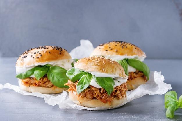Домашние мини-гамбургеры с тушеной курицей