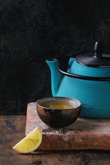 Чашка черного чая с лимоном