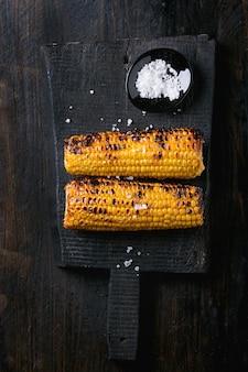 焼きトウモロコシの穂軸と海の塩