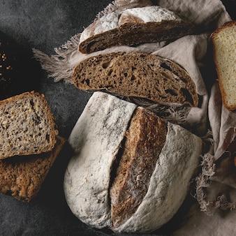 Разнообразие свежего испеченного хлеба