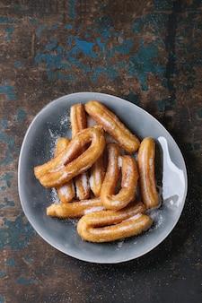 砂糖と伝統的なスペインのチュロス