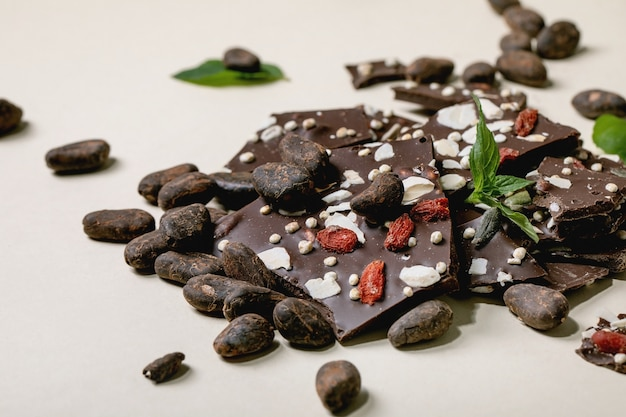 Рубленый темный шоколад