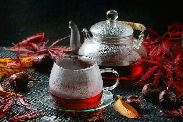 秋の赤いハイビスカスティー