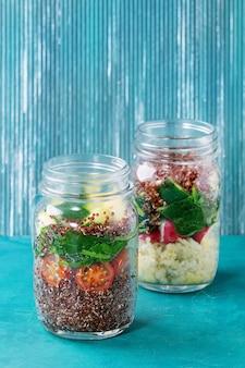 瓶の中のキノアのサラダ