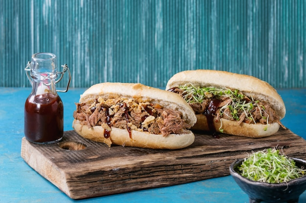 Вытащенные бутерброды из свинины