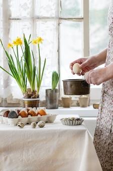 Женские руки с пасхальным яйцом