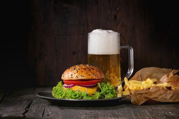 自家製ハンバーガー、ビールとジャガイモ