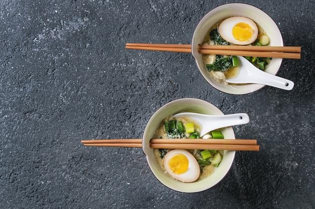 卵、玉ねぎ、ほうれん草のアジアンスープ