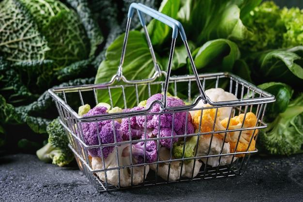 グリーンサラダ、キャベツ、カラフルな野菜