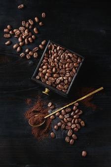 黒の上のコーヒー豆の焙煎