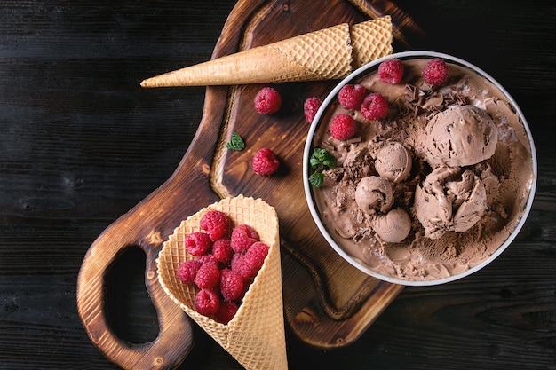 Шоколадное мороженое с малиной