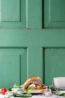 肉と卵を入れたサンドイッチ
