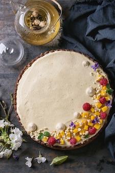 Шоколадный пирог с манго и малиной