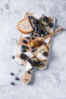 Ягоды, мед и розмарин