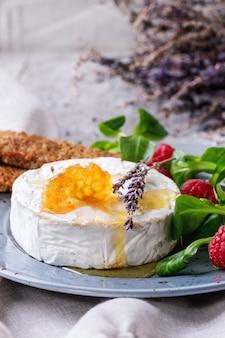 Козий сыр с мёдом и малиной
