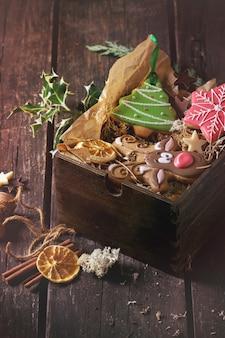 クリスマス手作りの模様のジンジャーブレッド