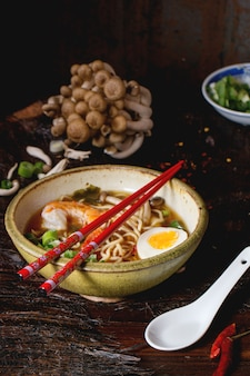 エビのあるアジアのスープラーメン