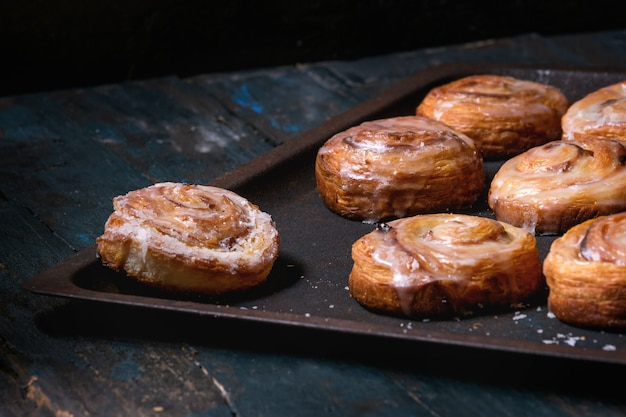 Слоеное тесто с булочками с корицей