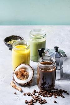 Разнообразие холодных напитков латте.