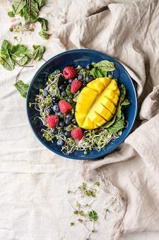 Зеленый салат с ягодами
