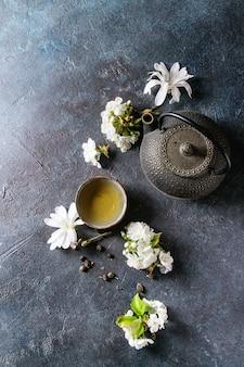 Чай с весенними цветами