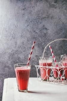 赤いフルーツカクテル